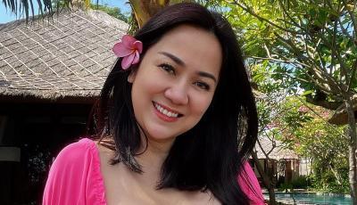 Gemasnya Tante Ernie Pakai Baju Pink Ketat, Netizen: Kalah Anak Gadis!