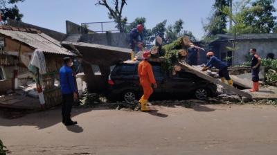 Penampakan Pohon Besar Timpa Mobil Akibat Cuaca Ekstrem di Depok