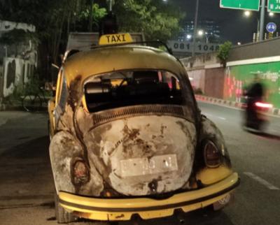 Mobil VW Kodok Terbakar di Pasar Minggu