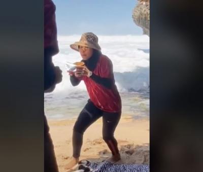 Viral Pengunjung Nyaris Terseret Ombak saat Piknik di Pantai, Ending-nya Ngenes!