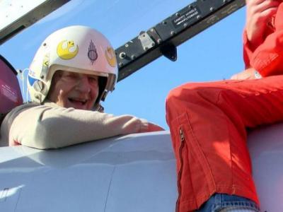 Kakek 90 Tahun Terbangkan Pesawat Tempur, Manuvernya di Udara  Tuai Pujian