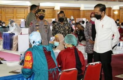 Kapolri Dampingi Presiden Jokowi Tinjau Acara Puncak Vaksinasi di IPB