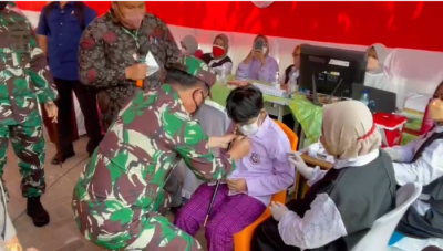 Tinjau Vaksin Covid-19, Panglima TNI Betulkan Kancing Siswa hingga Praktik Main Bola
