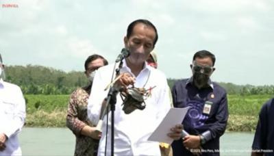 Tanam Pohon Mangrove di Cilacap, Presiden Jokowi Dapat Kepiting