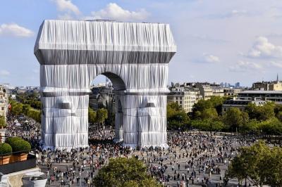 Monumen Ikonik Arc de Triomphe Ditutup Kain Perak, Ada Apa?