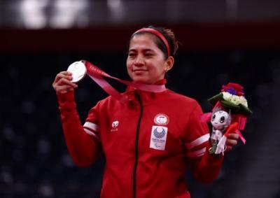 Tiba di Pekanbaru, Peraih Medali Emas Paralimpiade Tokyo 2020 Ini Sujud dan Cium Kaki Orang Tua