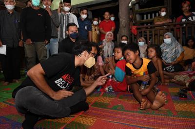 Diskusi dengan Suku Anak Dalam, Nadiem Bermalam di Hutan Jambi