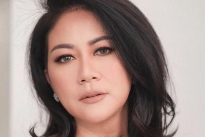 Atien Simon Pakai Dress Seksi Merah Merona, Netizen: Menggoda Amat!