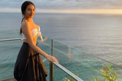 Anya Geraldine Pakai Bra Putih Jalan-Jalan ke Pantai, Netizen: Kaosan Dong Biar Gak Masuk Angin