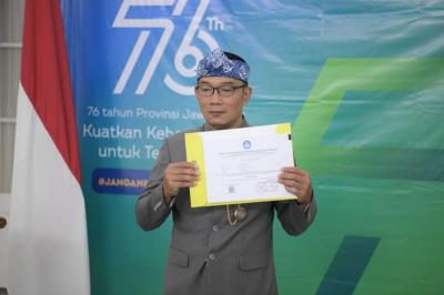 Ridwan Kamil Serahkan Beasiswa Jabar Future Leaders Scholarship untuk 1.235 Mahasiswa