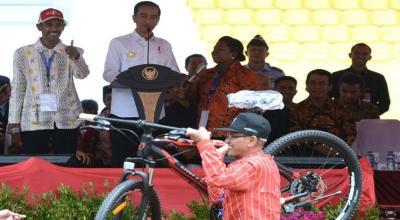 4 Barang yang Sering Dijadikan Hadiah dan Bantuan Oleh Jokowi