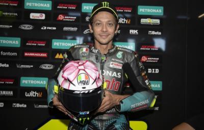 Penjelasan Valentino Rossi Soal Helm Pink di MotoGP San Marino 2021