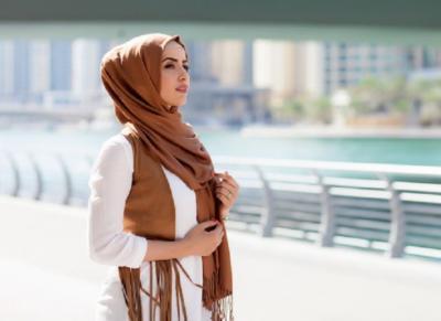 5 Inspirasi Gaya Hijab Cocok untuk Traveling Anda di Akhir Pekan