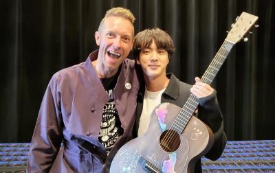 Chris Martin Berikan Jin BTS Gitar: Akan Saya Jadikan Pusaka