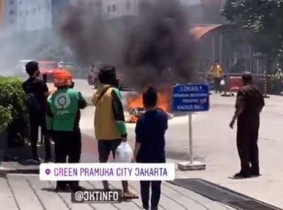 Sepeda Motor Terbakar di Depan Apartemen Green Pramuka City