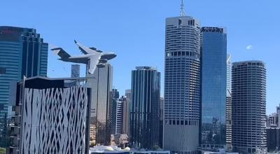 Viral Pesawat Terbang Rendah di Antara Gedung Pencakar Langit Bikin Melongo