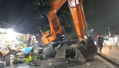 Ekskavator Terguling, Arus Lalin di Pasar Lembang Tangerang Tersendat