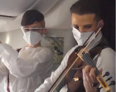Keren! Pramugara Ini Konser di Pesawat, Alunan Biolanya Hipnotis Penumpang