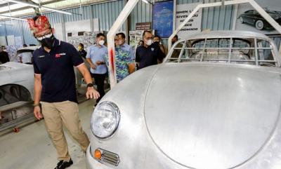 Sandiaga Kagum Lihat Mobil Klasik Produksi Tuksedo Studio Bali