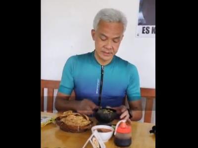 Asyiknya Ganjar Pranowo Santap Soto Bathok Magelang, Netizen: Wueenak Tenan