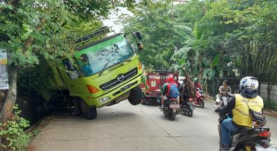 Rem Blong, Truk Pengangkut Kerikil Tergelincir di Jalan Puspiptek Tangsel