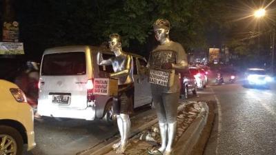 Kejar-kejaran dengan Satpol PP, Manusia Silver Lompat Pagar Setinggi 4 Meter