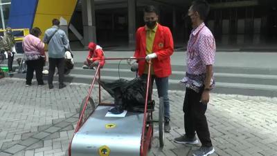 Kreatif! Mahasiswa Untag Surabaya Ciptakan Becak Pembersih Jalan