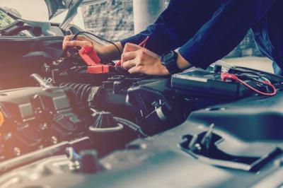 Bisa Dilakukan di Rumah, Ini 4 Cara Cas Aki Mobil dengan Listrik