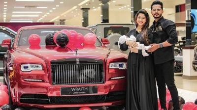 Pria Ini Hadiahkan Mobil Rolls Royce Wraith 2021 ke Istrinya yang Ulang Tahun