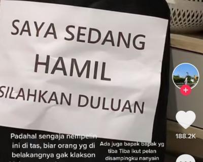 Viral Pemotor Pasang Tulisan 'Saya Sedang Hamil', Reaksi Para Pengendara di Luar Dugaan