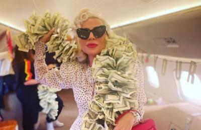 Potret Glamor Lady Gaga Pakai Syal dari Uang Dolar