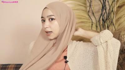 8 Tutorial Hijab Pashmina Formal Look untuk ke Kantor, Kuliah, hingga Wisuda