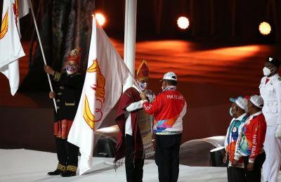 Resmi Ditutup, Gubernur Papua Serahkan Bendera PON kepada Aceh dan Sumatera Utara