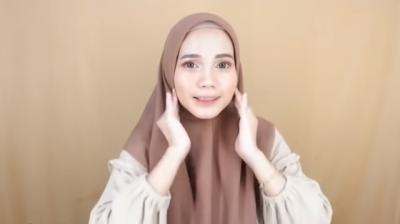 10 Tutorial Gaya Hijab Segi Empat Pollycotton, Simpel Gak Pake Ribet