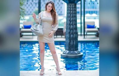 Pakai Dress Ungu, Hot Mom Celine Evangelista Pamer Body Goals di Pinggir Kolam