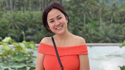 Pakai Dress Merah Polkadot, Tampilan Tante Ernie Gak Nahan