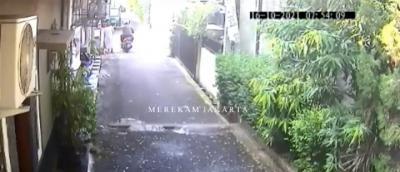 Jambret Rampas Kalung Emak-Emak Sedang Nyapu, Aksinya Terekam CCTV