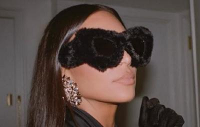 Penampilan Kim Kardashian Pakai Kacamata Bulu Rp16 Juta