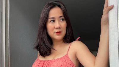 Tante Ernie Pakai Dress Pink Ketat Mejeng Depan Pintu, Netizen: Ginuk-Ginuk, Pelukable!