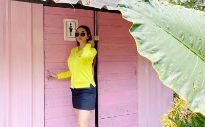 Aura Kasih Pose di Toilet Pakai Rok Pendek Sepaha, Netizen: Ya Allah Mulus Banget
