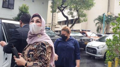 Anak Nia Daniaty Diperiksa Polisi Dalam Kondisi Sakit
