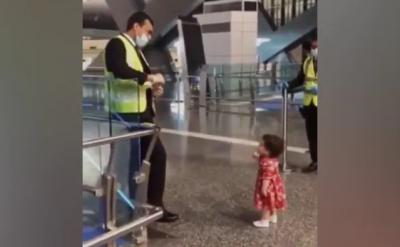 Gemes Banget, Balita Ini Minta Izin Petugas Bandara untuk Memeluk Tantenya