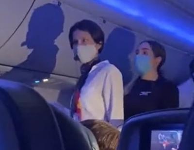 Bawa Mikrofon ke Pesawat, Wanita Ini Ngoceh Teori Konspirasi COVID-19 dan Mendebat Pramugari
