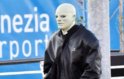 Gaya Kanye West Pakai Topeng Aneh, Netizen: Halloween is Coming!