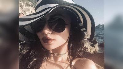 5 Outfit ke Pantai ala Ariel Tatum, Sontek Gayanya Bikin Foto Liburan Makin Ciamik!