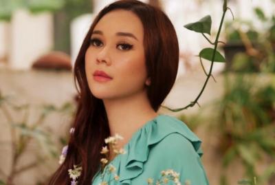 Semoknya Body Aura Kasih saat Minum Es Coklat, Netizen: Hot Mom Montok Parah