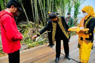 Tiba di Tana Tidung Kaltara, Presiden Jokowi Disambut Prosesi Adat Tepung Tawar