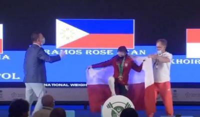 Unik, Atlet Polandia Pinjam Bendera Indonesia saat Naik Podium