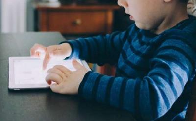 Tips bagi Bunda agar Anak Lupa Main Ponsel