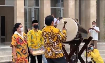 HUT ke-57 Partai Golkar, Airlangga Resmikan Masjid Ainul Hakim di Kantor DPP